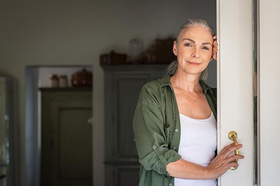 Geheimratsecken bei Frauen treten oft im fortgeschrittenen Alter auf